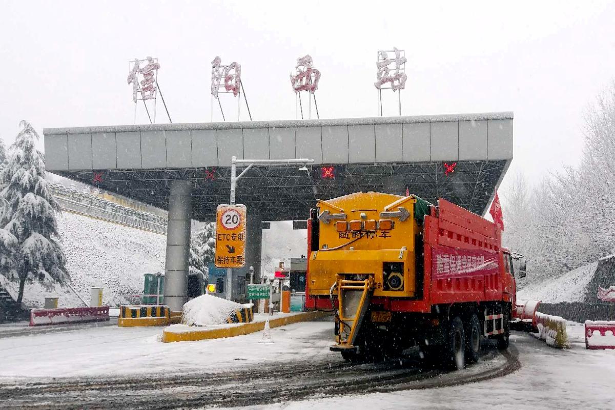 08信阳西工区撒布融雪剂.jpg