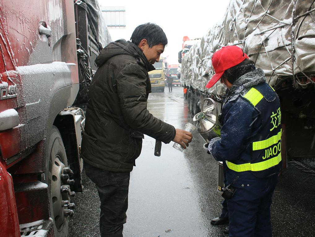 12高发公司南阳分公司快速反应连夜除雪保畅4.png