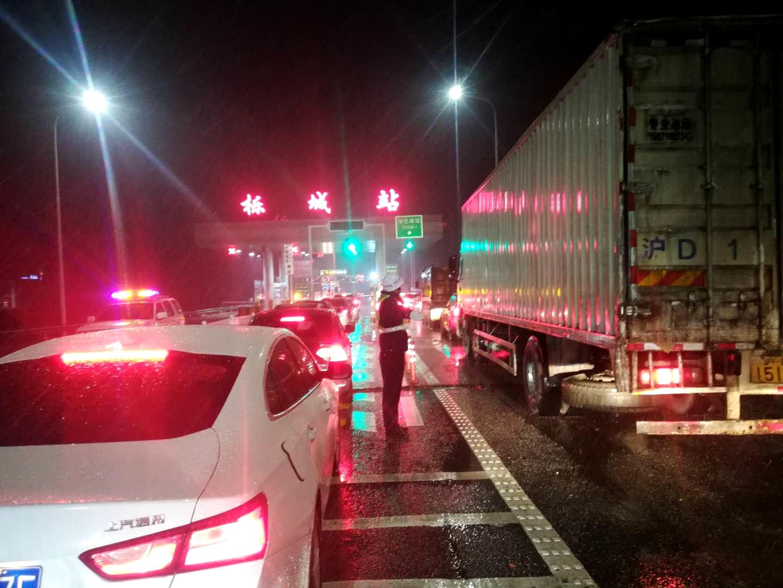 1月30日夜,高发公司栎城站,路政人员紧张疏导车辆下站。.jpg