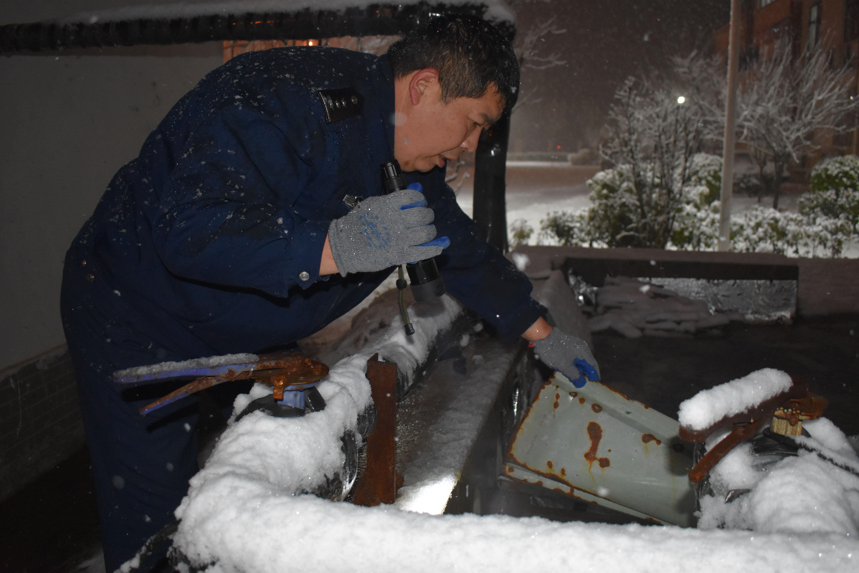 1月30日21点30分,中原高速航空港分公司安全员检查排污设备.jpg