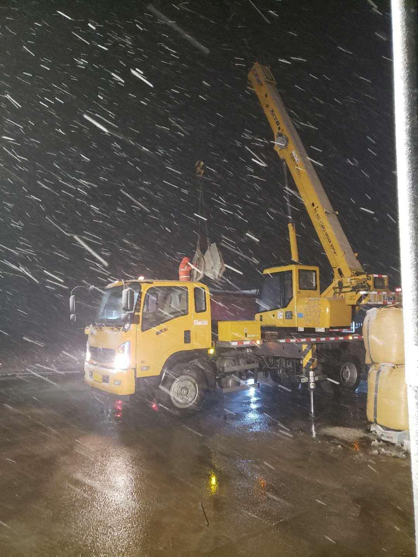 实业公司豫北养护中心黄帝宫项目部冒着雨雪装载融雪材料.jpg