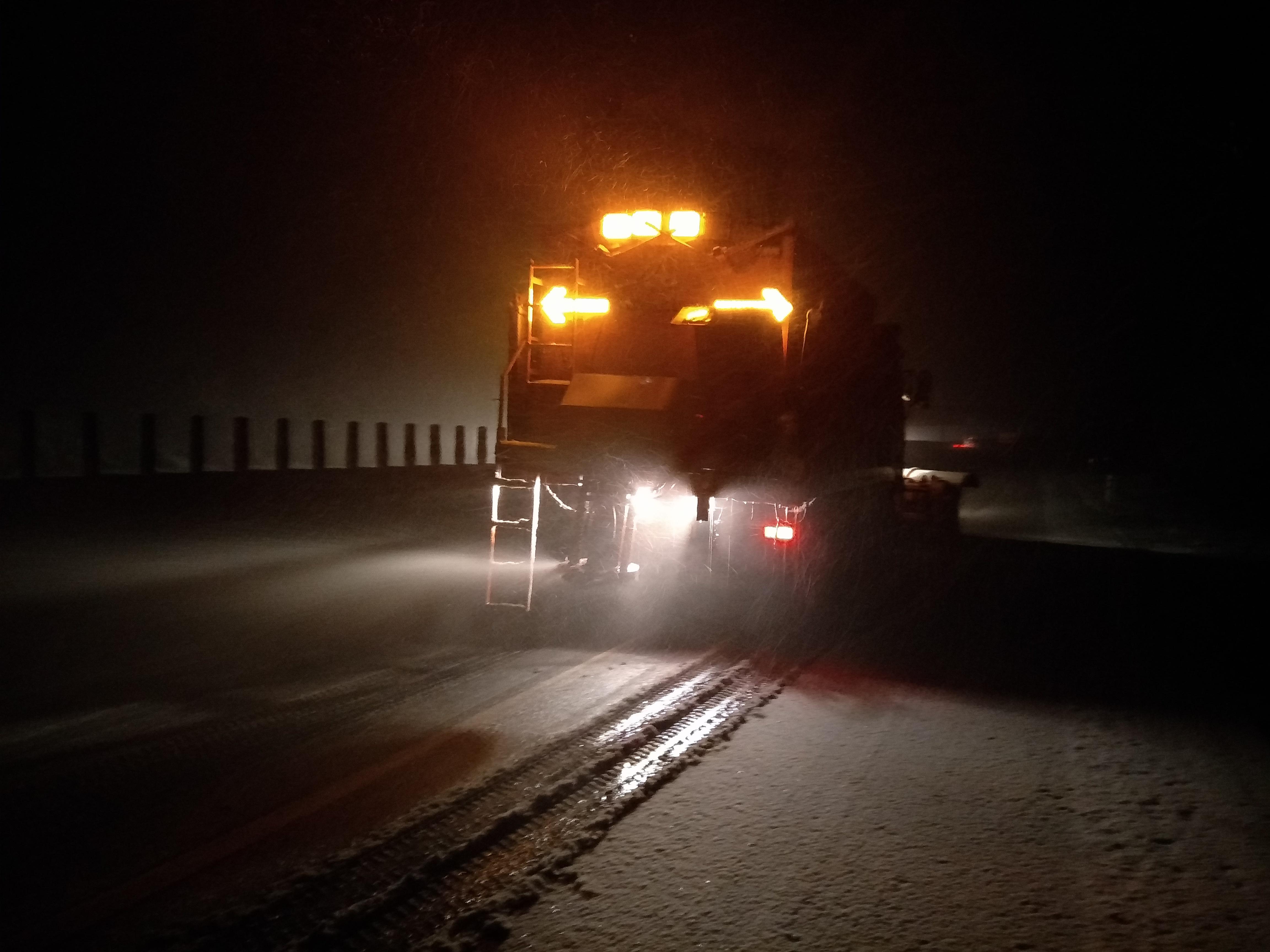 郑州绕城高速路面出现积雪,实业公司豫北养护中心侯寨项目部开始全线撒布融雪材料。.jpg