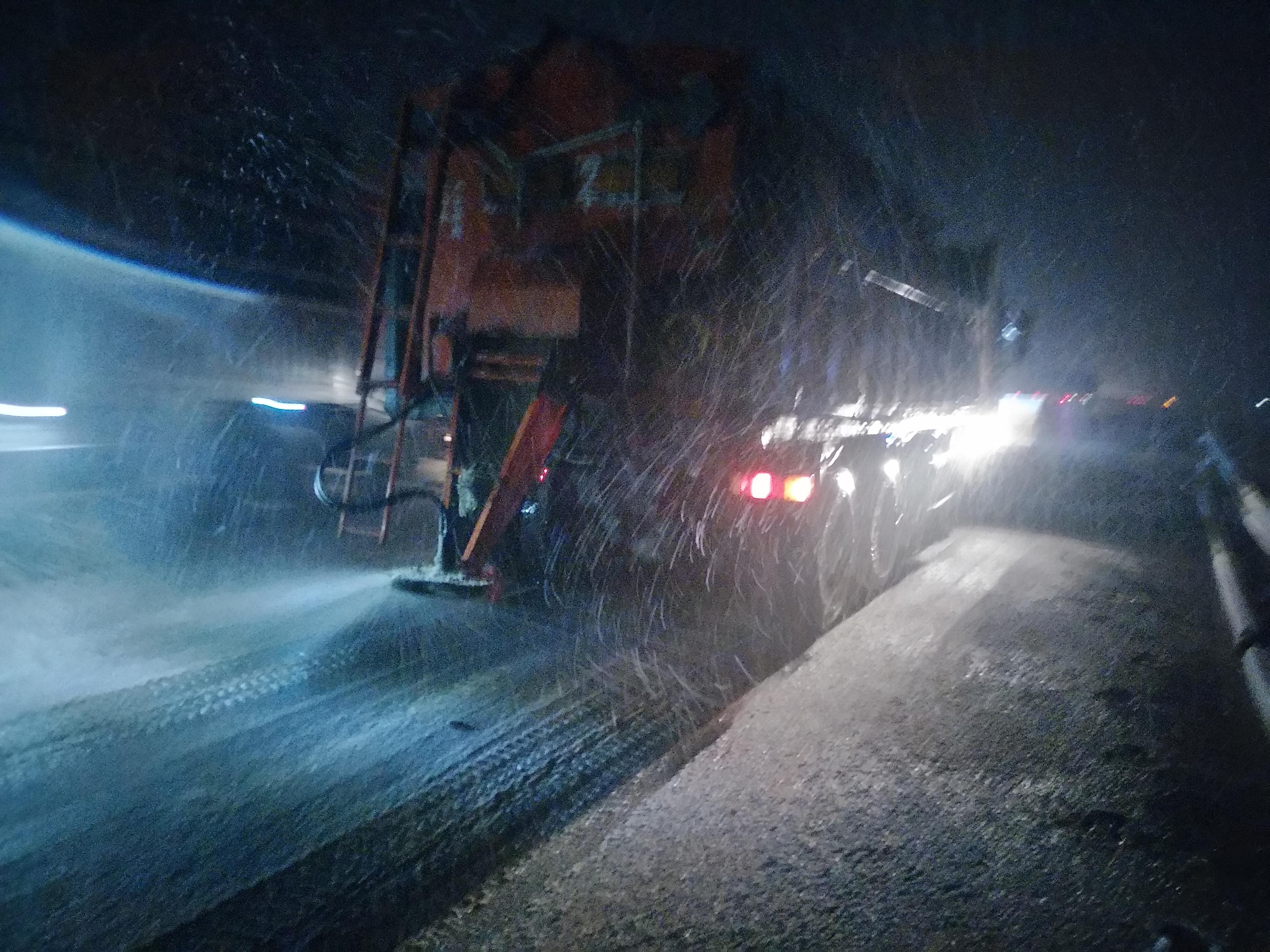 实业公司豫东养护中心开封南工区也连夜上路撒布融雪材料。.jpg