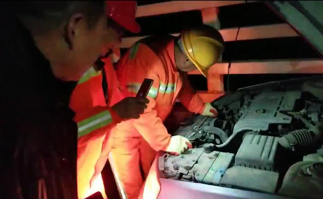 1月30日晚9时许,实业公司豫北养护中心三桥工区人员在郑新黄河大桥K703+600东幅紧急救助故障抛锚车辆.png