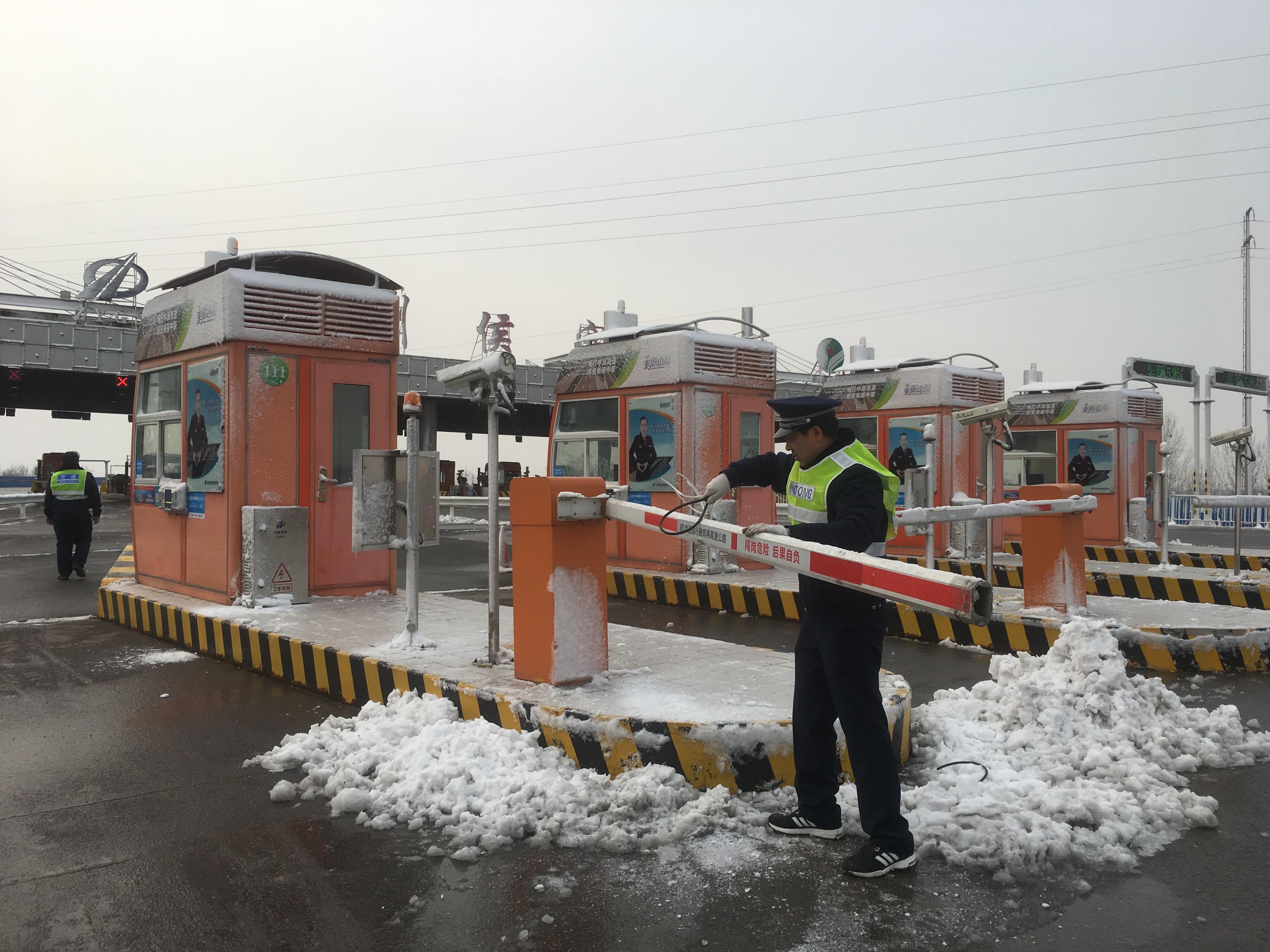 郑州分公司侯寨站维护员1月31日雪后检修设备  孙婧.jpg