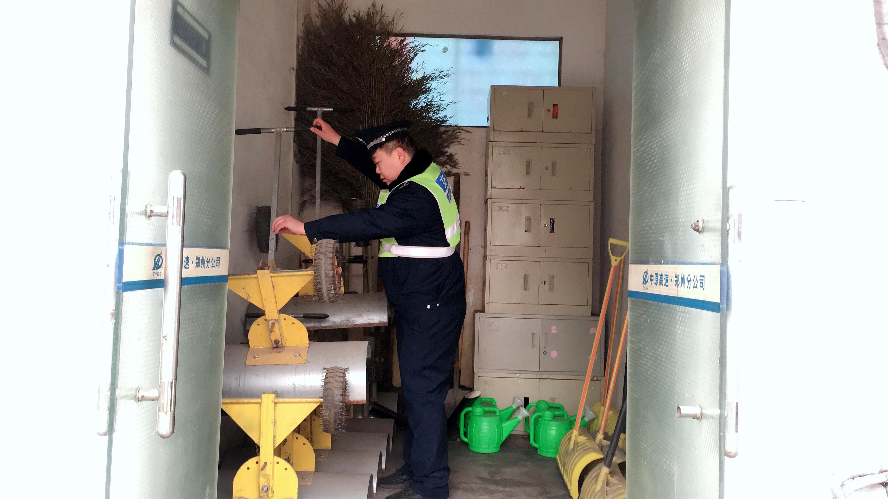 2019年2月9日上午,轩辕丘站在雨雪欲来前,认真盘查除雪物资,积极应对春运返程恶劣天气.JPG