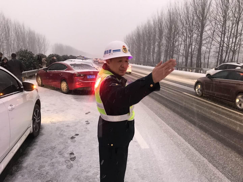 第43期 恶劣天气交通事故频发 路产人员冒雪救援保通 2019.2.8 (1).jpg